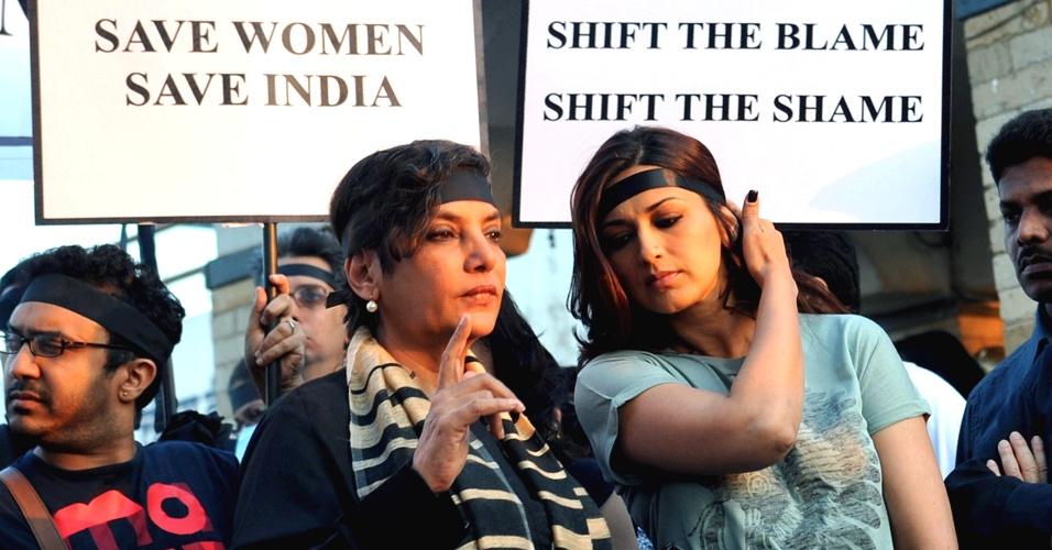 29.dez.2012 - As atrizes de Bollywood Shabana Azmi (à esquerda) e Sonali Bendre participam de vigília em Bombaim, Índia, após a morte da universitária vítima de um estupro coletivo em Nova Déli