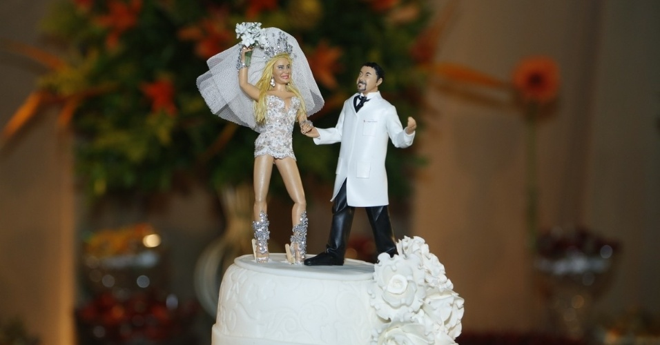 29.dez.2012 - Detalhe para os noivos do casamento de Ângela Bismarchi e Wagner de Moraes no Rio