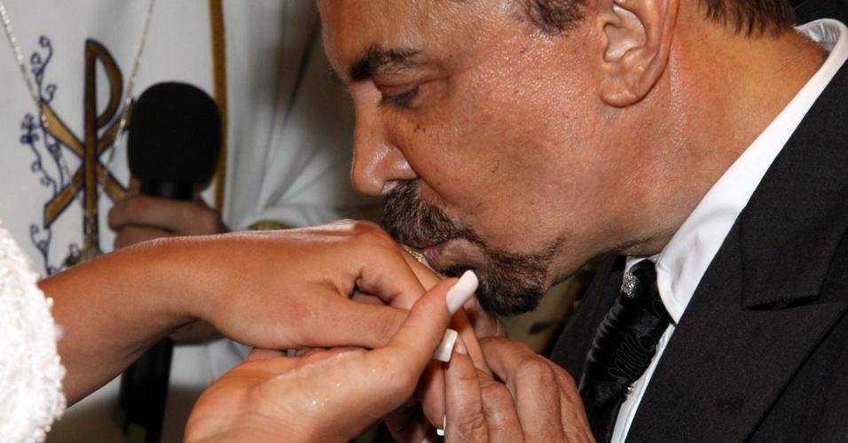 29.dez.2012 - Wagner de Moraes beija a aliança de Ângela Bismarchi durante casamento com a modelo no Rio
