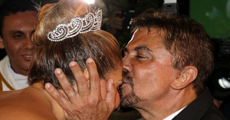 29.dez.2012 - Wagner de Moraes beija a testa de Ângela Bismarchi durante casamento no Rio