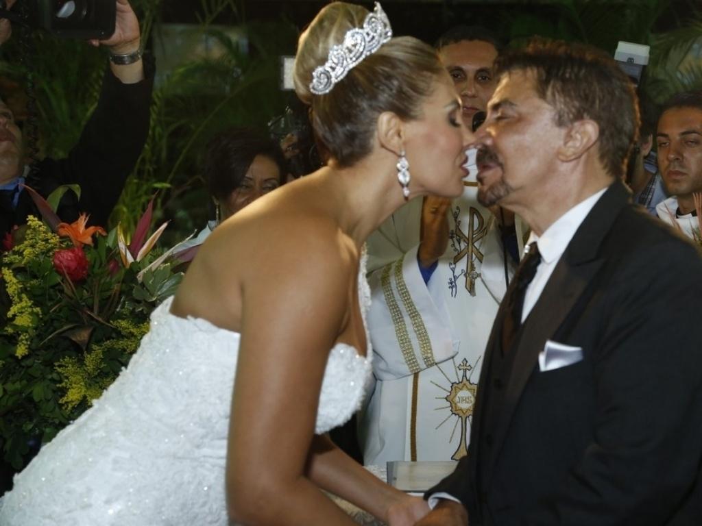 29.dez.2012 - Wagner de Moraes e Ângela Bismarchi se beijam durante casamento no Rio