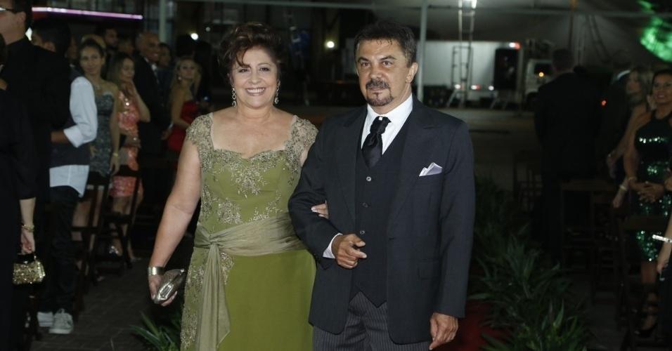 29.dez.2012 - Wagner de Moraes vai até o altar ao lado da irmã, Gracinha