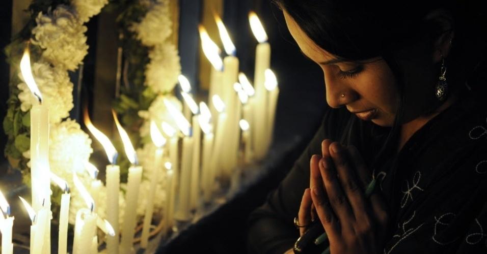 30.dez.2012 - Ativista participa de orações na cidade de Kolkata em homenagem à garota morta após estupro coletivo em Nova Déli