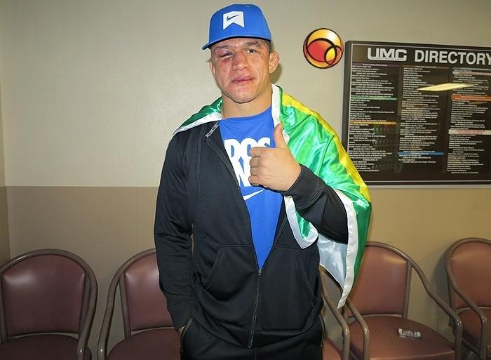 30.dez.2012 - Cigano deixa hospital após derrota no UFC 155