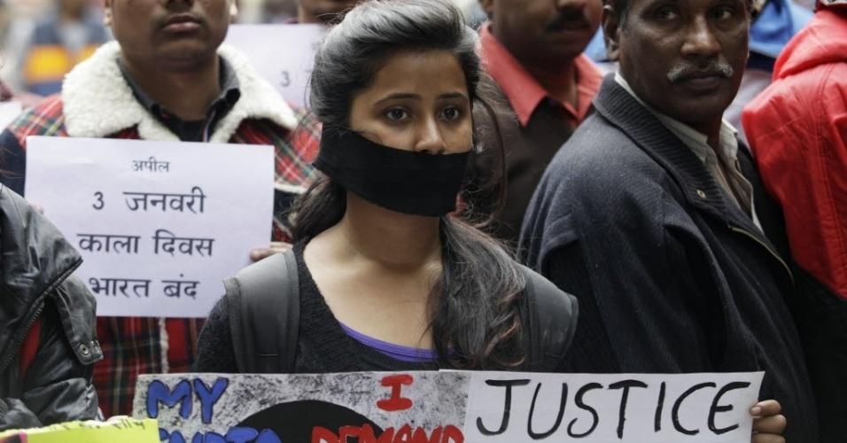 30.dez.2012 - Em Nova Déli, manifestante usa mordaça para denunciar papel do governo na crise gerada após a morte de garota em estupro coletivo