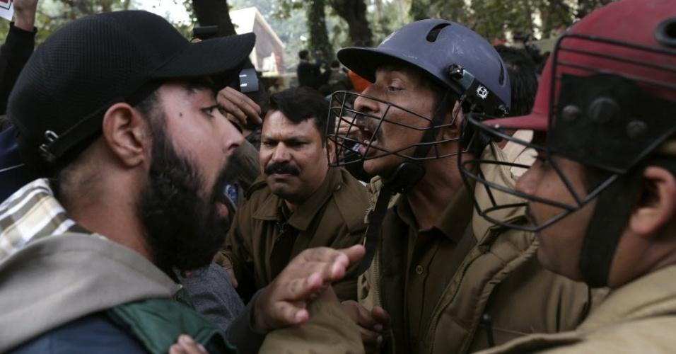 30.dez.2012 - Policiais e manifestantes discutem durante protesto em Nova Déli após o caso de estrupo coletivo de uma garota da capital que comoveu o país