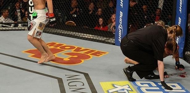 Byron Bloodworth sangra após ser derrotado por Erik Perez no UFC 155