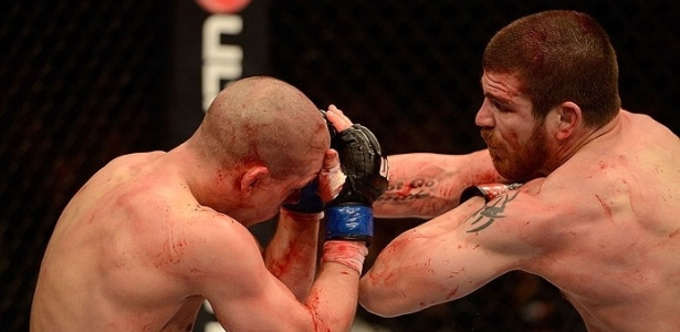 Jim Miller acerta Joe Lauzon durante o sangrento combate pelo UFC 155