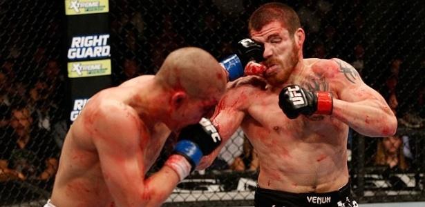 Joe Lauzon acerta o rosto ensanguentado de Jim Miller durante combate no UFC 155