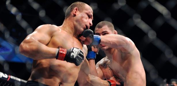 Junior Cigano (e) é golpeado pelo novo campeão dos pesados Velásquez no UFC 155