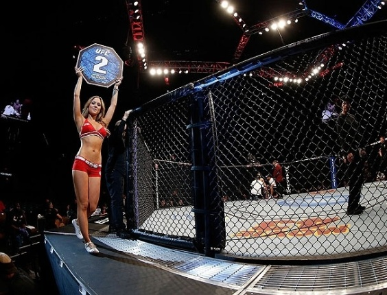 Ring girl Brittney Palmer o segundo round do combate entre Cariaso e Moraga