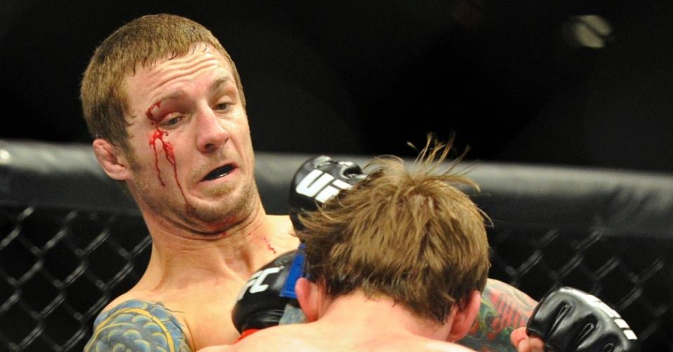 Sangrando, Eddie Wineland (e) tenta acertar o adversário Brad Pickett durante o UFC 155