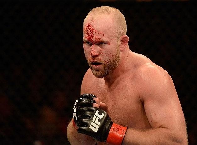 Tim Boetsch sangra no rosto durante o combate contra Costa Philippou no UFC 155