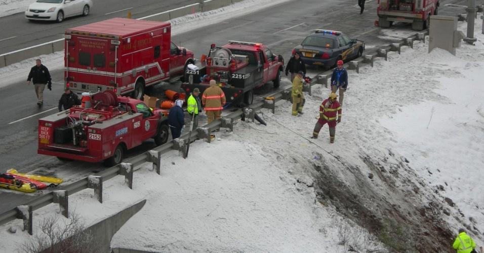 31.dez.2012 - Equipe de resgate trabalha em local onde um ônibus com cerca de 40 pessoas a bordo caiu em um barranco após deslizar da estrada coberta de neve em Pendleton, no Estado do Oregon (EUA). Nove pessoas morreram e ao menos 15 ficaram feridas