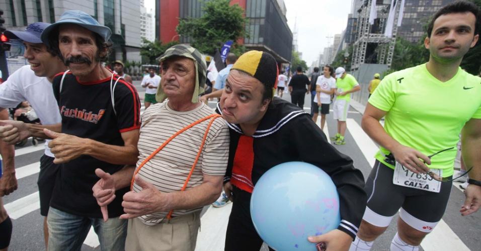 31.dez.2012 - Participantes aparecem fantasiados na manhã desta segunda-feira (31), para a largada da 88ª Corrida Internacional de São Silvestre, na avenida Paulista, em São Paulo