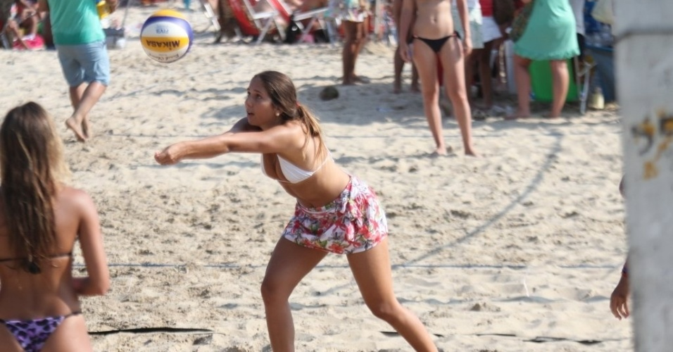 31.dez.2012 Carolina Portaluppi, filha do ex-jogador Renato Gaúcho, joga vôlei na praia de Ipanema, no Rio
