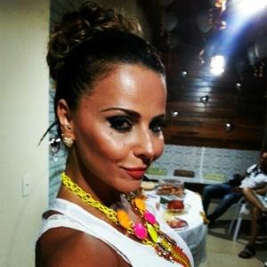31.dez.2012 Viviane Araújo caprichou na maquiagem e no maxicolar para passar a virada de ano