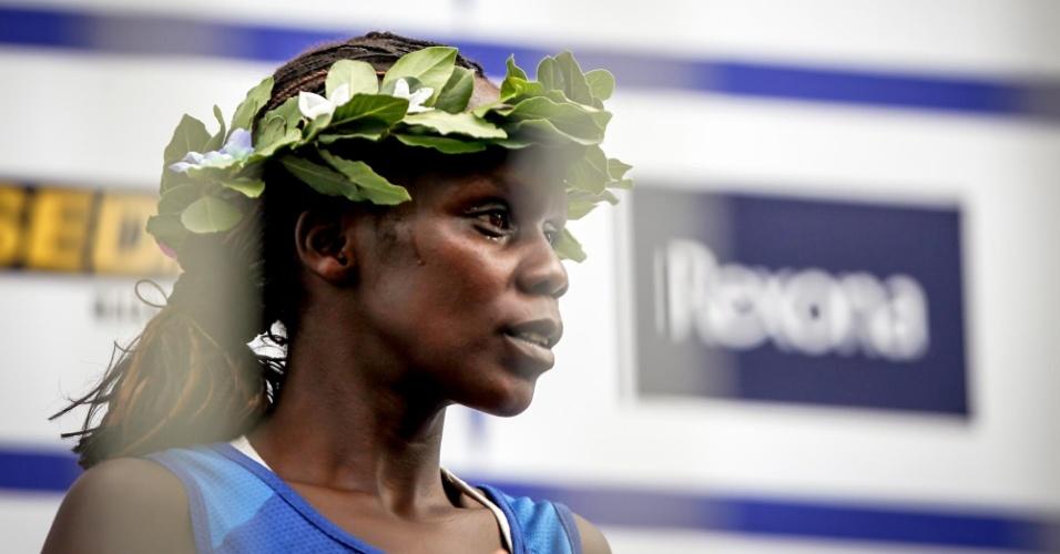 31.dez.2012 - A queniana Maurine Kipchumba ocupa o primeiro lugar do pódio da São Silvestre 2012