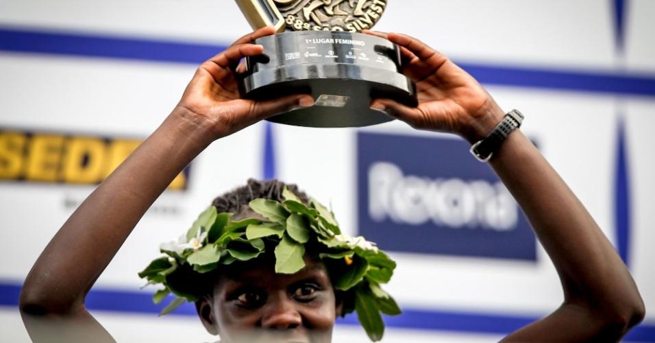 31.dez.2012 - A queniana Maurine Kipchumba recebe o troféu de campeã da São Silvestre 2012
