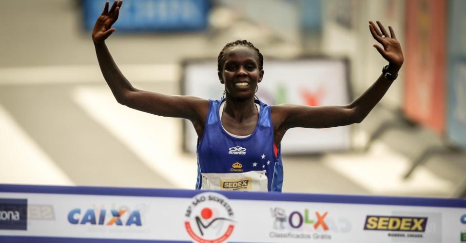 A queniana Maurine Kipchumba ultrapassa a linha de chegada e é a campeã da 88ª Corrida de São Silvestre