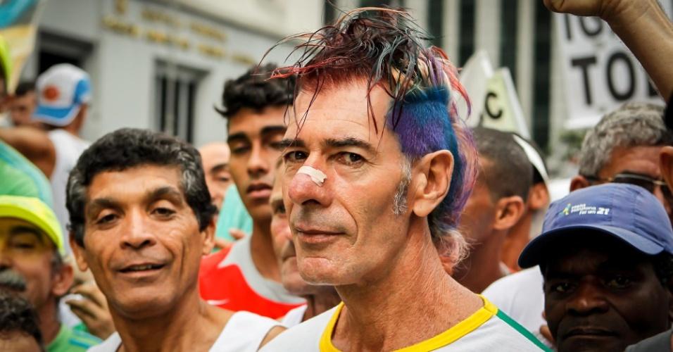 """31.dez.2012 - A São Silvestre é sempre marcada por participantes """"alternativos"""", como esse atleta de cabelos pintados"""