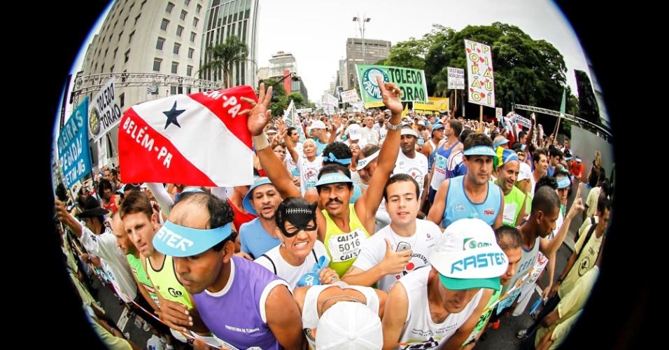 31.dez.2012 - Atletas amadores já lotam al inha de largada da São Silvestre 2012 na avenida Paulista