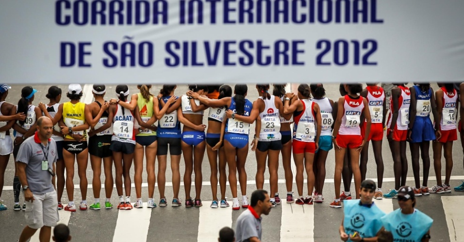31.dez.2012 - Atletas da elite feminina se unem antes da largada da São Silvestre 2012