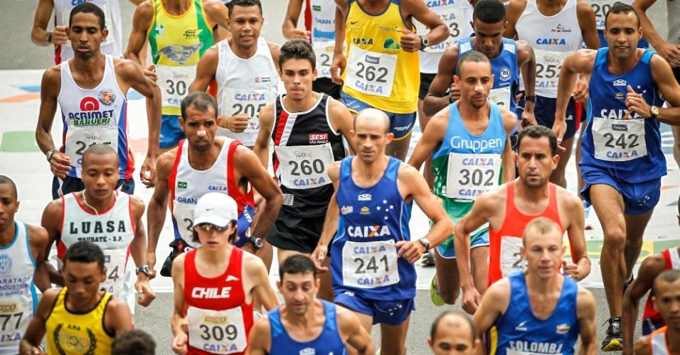 31.dez.2012 - Atletas da elite masculina começam a brigar pelo título da São Silvestre