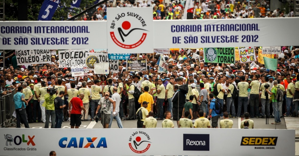 31.dez.2012 - Com cartazes e muita festa, atletas amadores se posicionam para a largada da São Silvestre 2012
