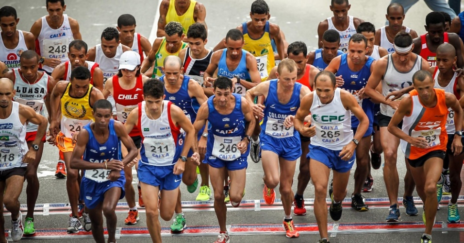 31.dez.2012 - Elite masculina larga na São Silvestre 2012