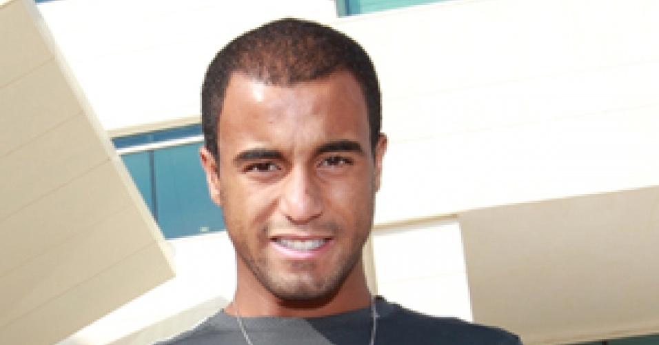 Lucas posa com a camisa do PSG ao chegar ao Qatar para se apresentar ao novo clube