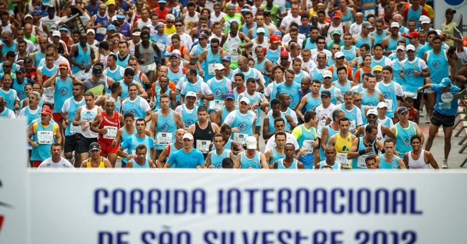 31.dez.2012 - Multidão de amadores largam para a 88ª edição da São Silvestre