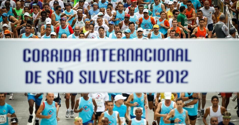 """31.dez.2012 - """"Muvuca"""" na largada dos atletas amadores na São Silvestre 2012"""