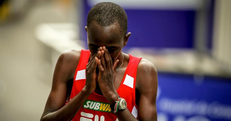 O queniano Edwin Kipsang comemora a vitória na São Silvestre 2012