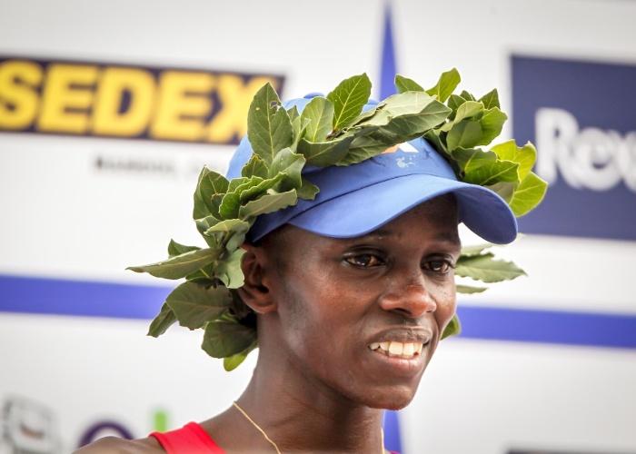 O queniano Edwin Kipsang no pódio da São Silvestre 2012