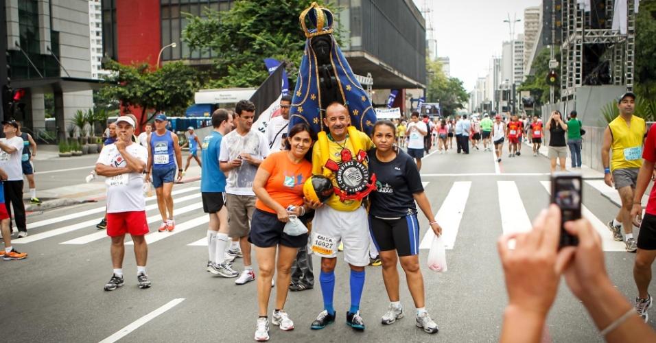 Participante da São Silvestre 2012 leva imagem de Nossa Senhora nas costa e o símbolo do Corinthians no pescoço