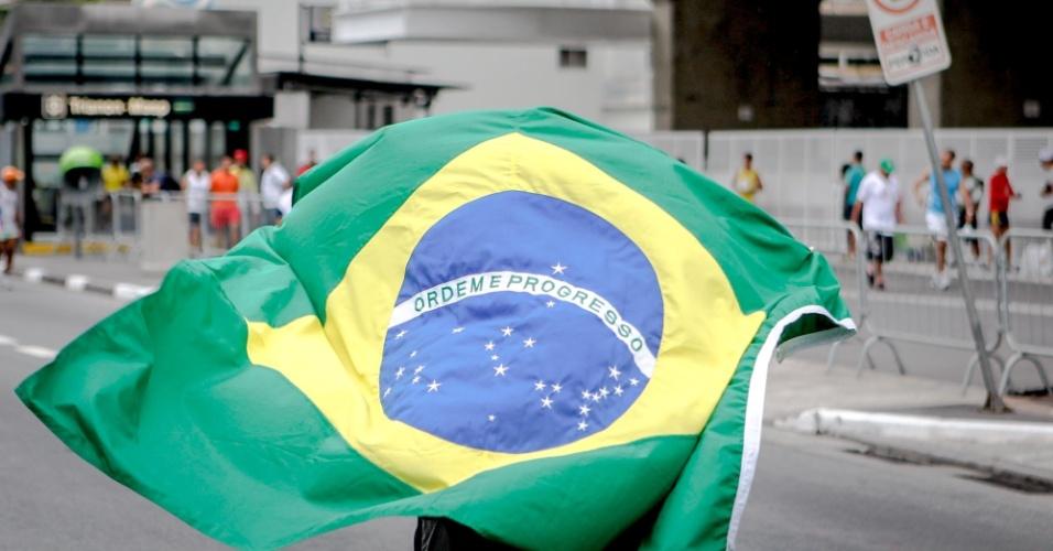 Participante da São Silvestre leva a bandeira do Brasil para a prova