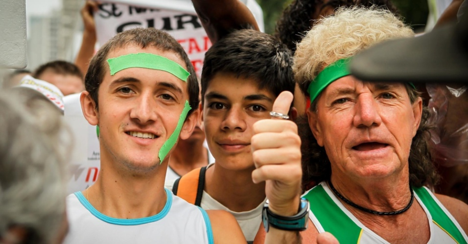 31.dez.2012 - Participantes amadores chegam com animação para participar da São Silvestre 2012