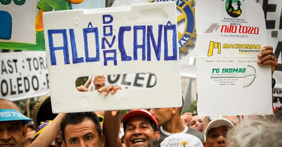 31.dez.2012 - Uma das marcas da festa da São Silvestre são os cartazes levados pelos corredores amadores