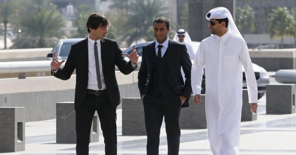 01.jan.2013 - Lucas anda entre Leonardo, diretor do PSG, e Nasser al-Khelaif, presidente da equipe, em Doha, no Qatar, após ser apresentado pela equipe francesa