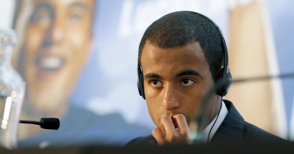 01.jan.2013 - Lucas dá sua primeira entrevista coletiva como jogador do PSG, no Museu de Arte Islâmica, em Doha, no Qatar