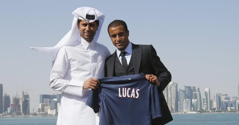 01.jan.2013 - Nasser al-Khelaif (e), presidente do PSG, posa com Lucas, durante a apresentação do meia-atacante brasileiro pelo clube francês em Doha, no Qatar