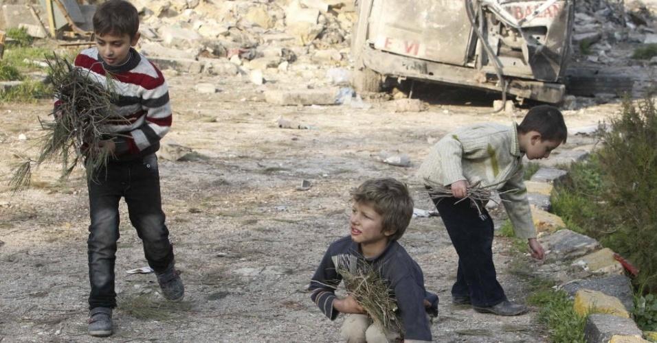 1°. jan.2013 ¿ Crianças de famílias  refugiadas em acampamento de Bab al-Salam, na fronteira entre Síria e Turquia. O primeiro dia do ano se iniciou com diversos ataques aéreos entre o Exrécito rebelde e combatentes aliados a Bashar Assad. O conflito no país dura 21 meses