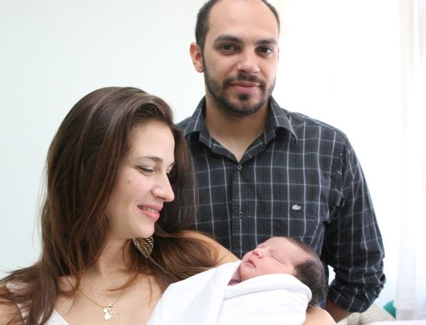1°jan.2013 - Ao lado marido, Wanderson Duarte, Andressa Duarte de Souza segura a filha do casal.  A pequena Beatriz nasceu no primeiro minuto de 2013, em Belo Horizonte