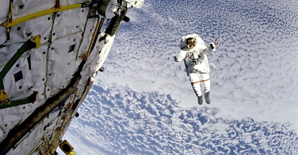 1.jan.2013 - Astronauta faz teste de equipamento fora da Estação Espacial Internacional (ISS, na sigla em inglês). As longas viagens ao espaço podem expor os astronautas a níveis de radiação cósmica prejudiciais ao cérebro e acelerar o mal de Alzheimer, mostra estudo financiado pela Nasa (Agência Espacial Norte-Americana)