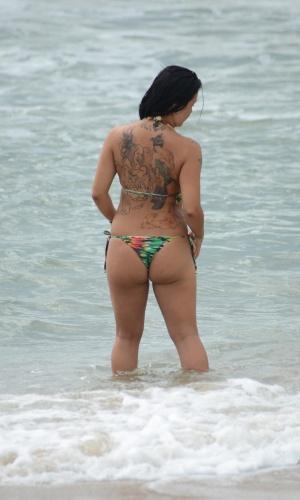 1°.jan.2013 - Banhista  aproveita  forte calor desta terça-feira (1°), na praia Mole em Florianópolis