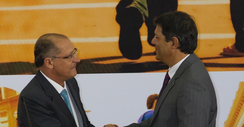 O governador de São Paulo, Geraldo Alckmin (esq.), cumprimenta o prefeito eleito de São Paulo, Fernando Haddad,  durante a cerimônia de posse realizada, nesta terça-feira (1º)