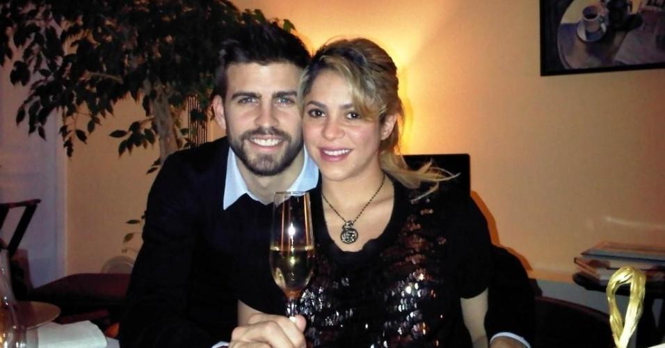 1.jan.2013 - O jogador Gerard Piqué brindou o ano novo ao lado da mulher, a cantora Shakira, que está grávida do primeiro filho do casal