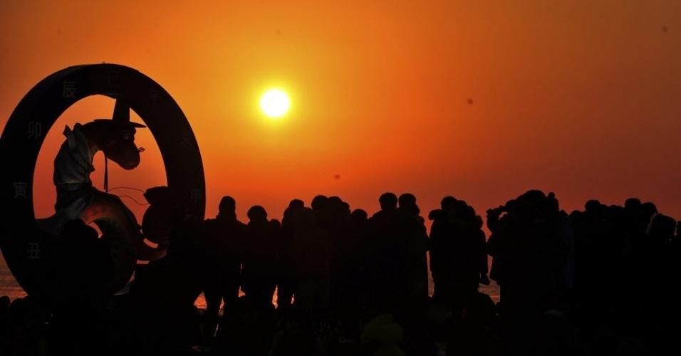 1º.jan.2013 - Pessoas observam o nascer do sol na praia enquanto saudam o novo ano em Ulsan, ao sudeste de Seul (Coreia do Sul)