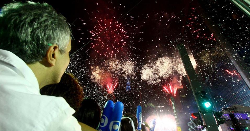 1º.jan.2013 - Pessoas observam queima de fogos na avenida Paulista, em São Paulo, durante festa de Réveillon